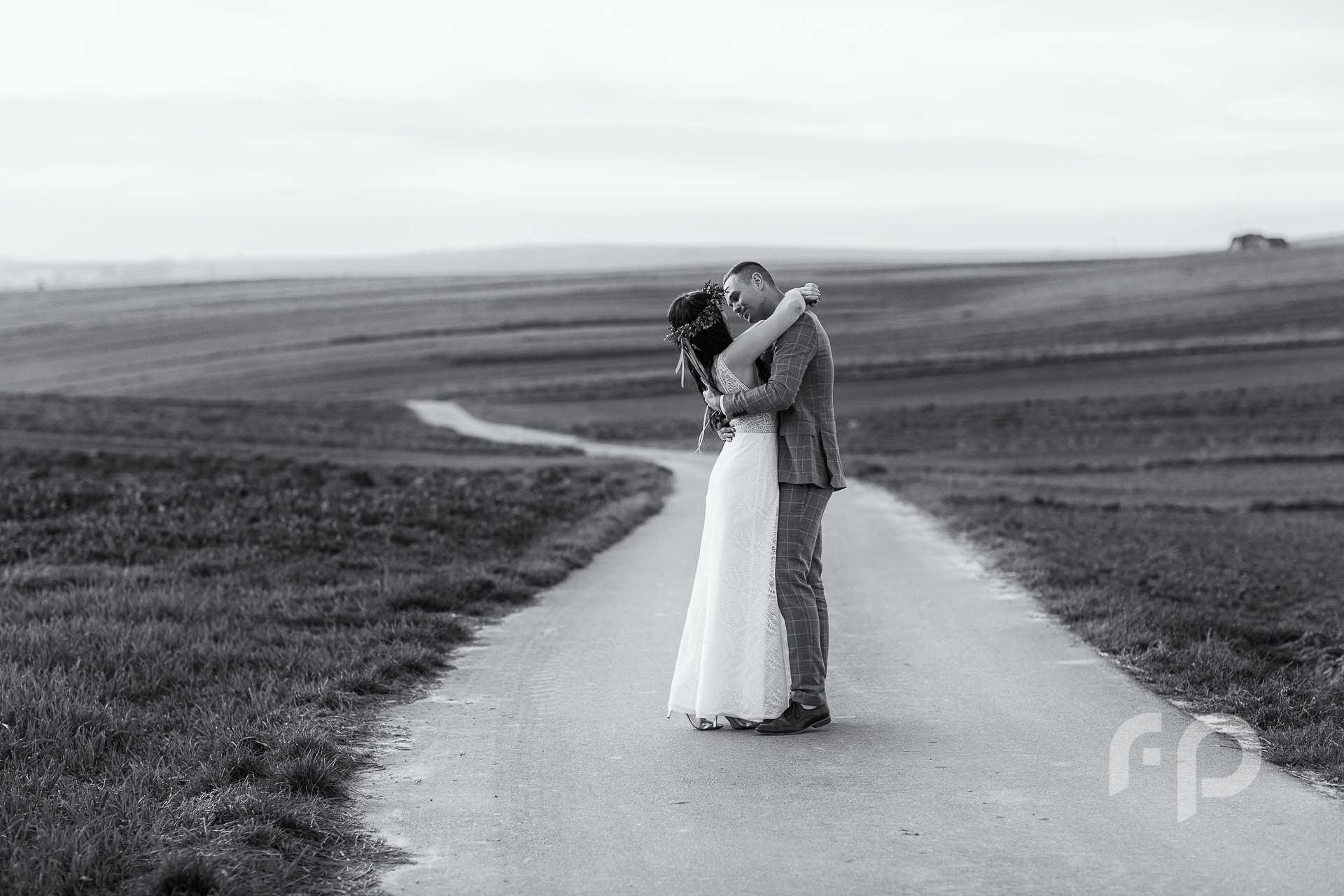 zdjęcie ślubne na krętej niekończącej się drodze