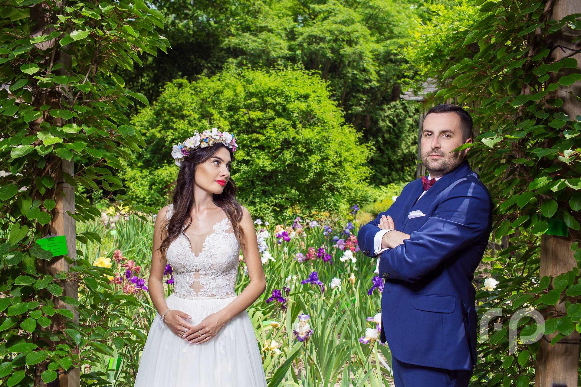 upalny plener ślubny w ogrodzie