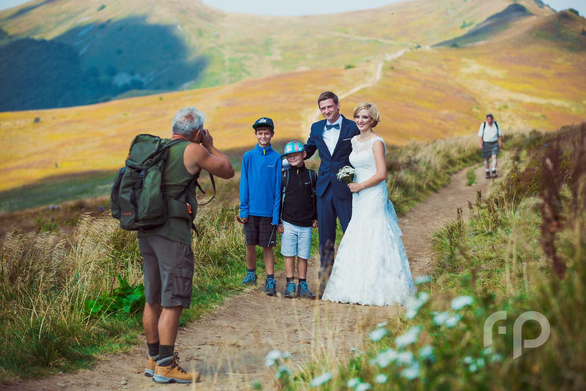 zdjęcie z turystami podczas pleneru ślubnego w Bieszczadach