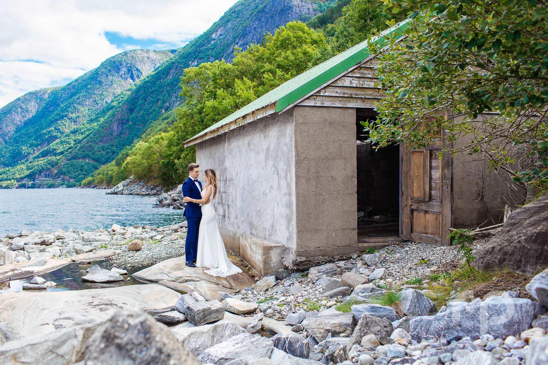 zdjęcie ślubne obok chatki rybackiej