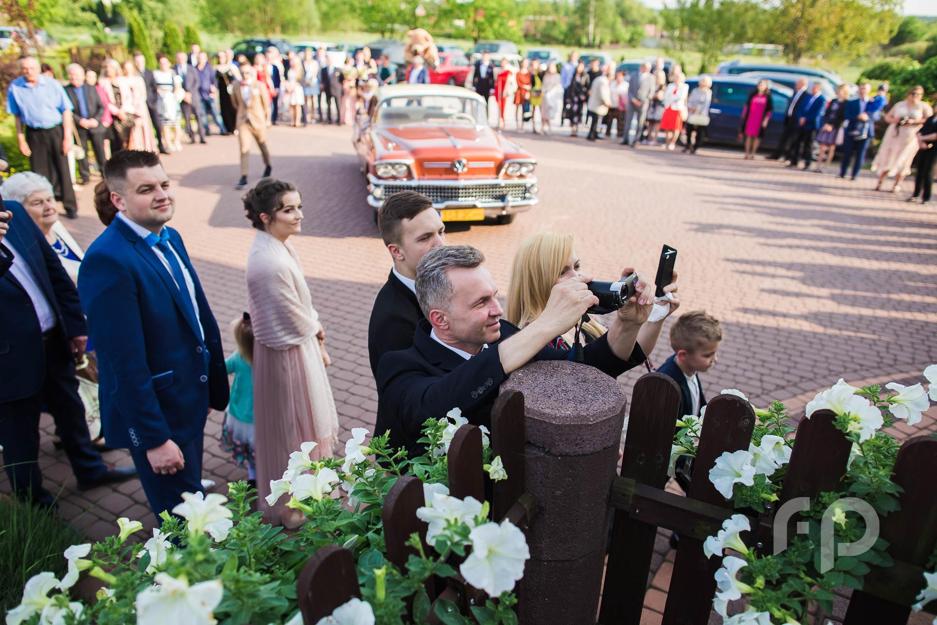 goście weselni przed salą ślubną ImprezArt w Starachowicach