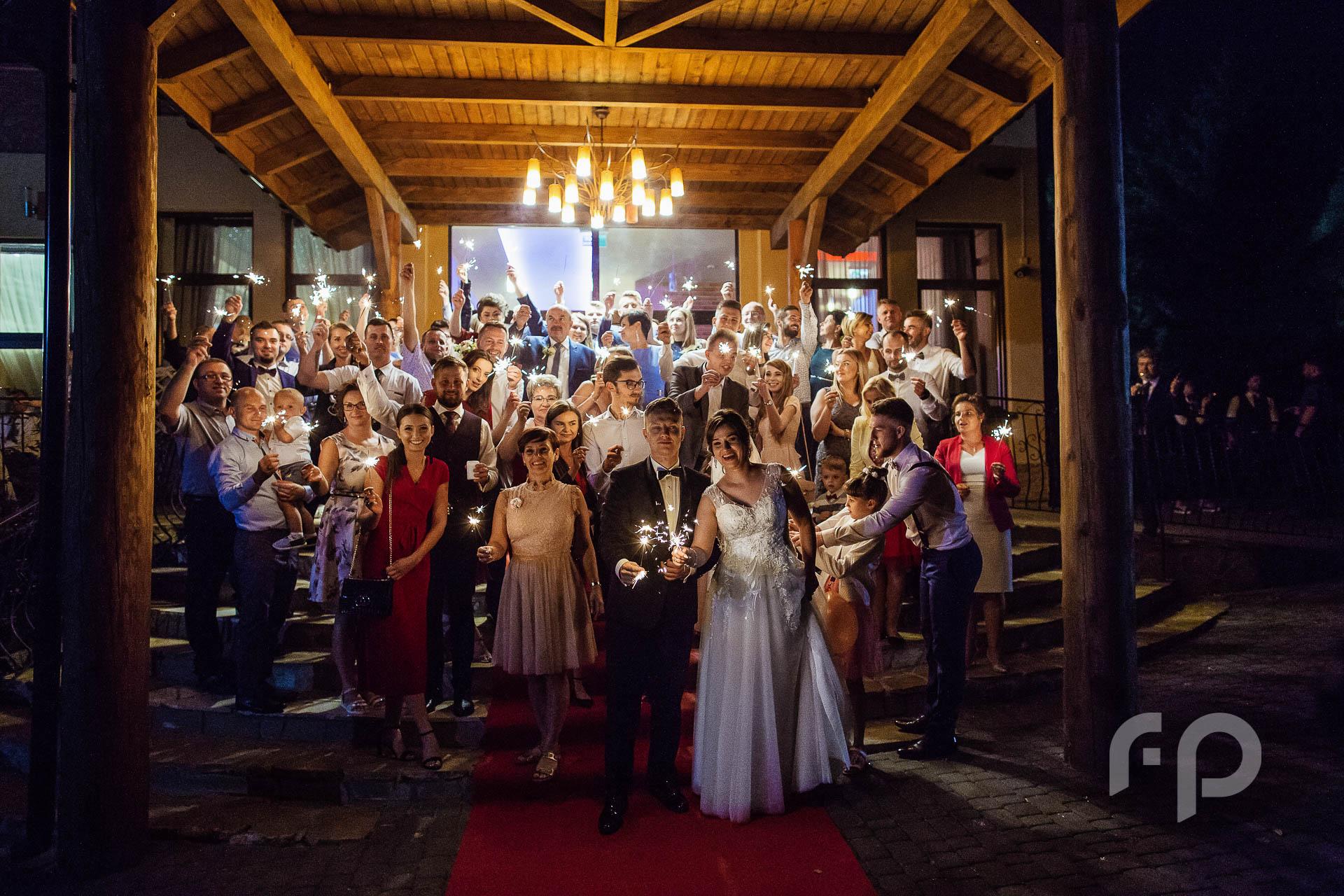 grupowe zdjęcie ślubne z zimnymi ogniami
