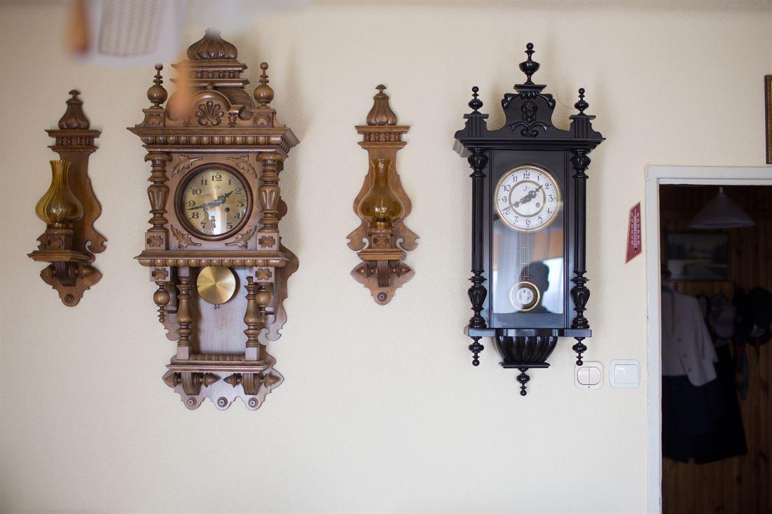 kolekcja zegarów w domu pana młodego