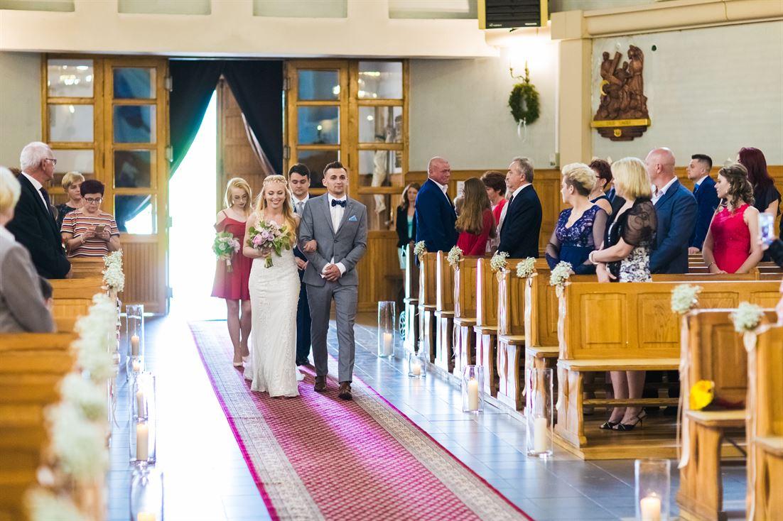 wejście pary młodej do kościoła
