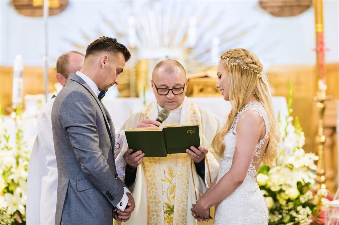 wykonywanie fotografii podczas ślubu kościelnego