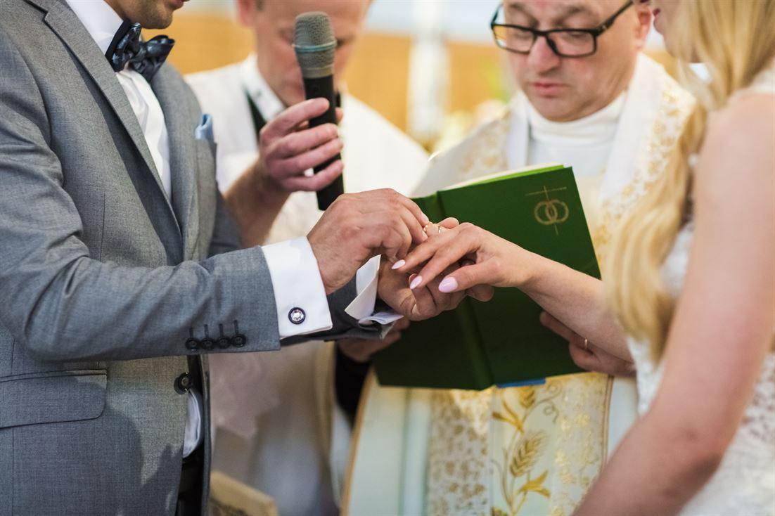 zakłądanie obrączek podczas zaślubin