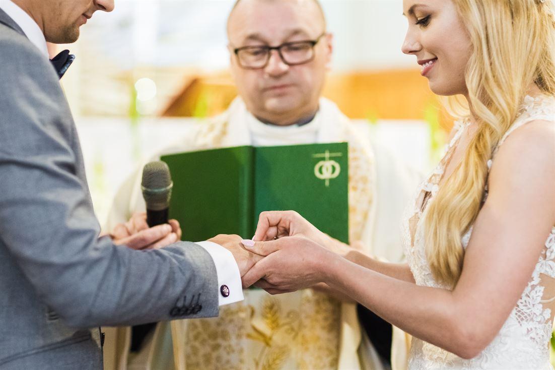 Kasia zakładająca obrączkę - zdjęcie ślubne