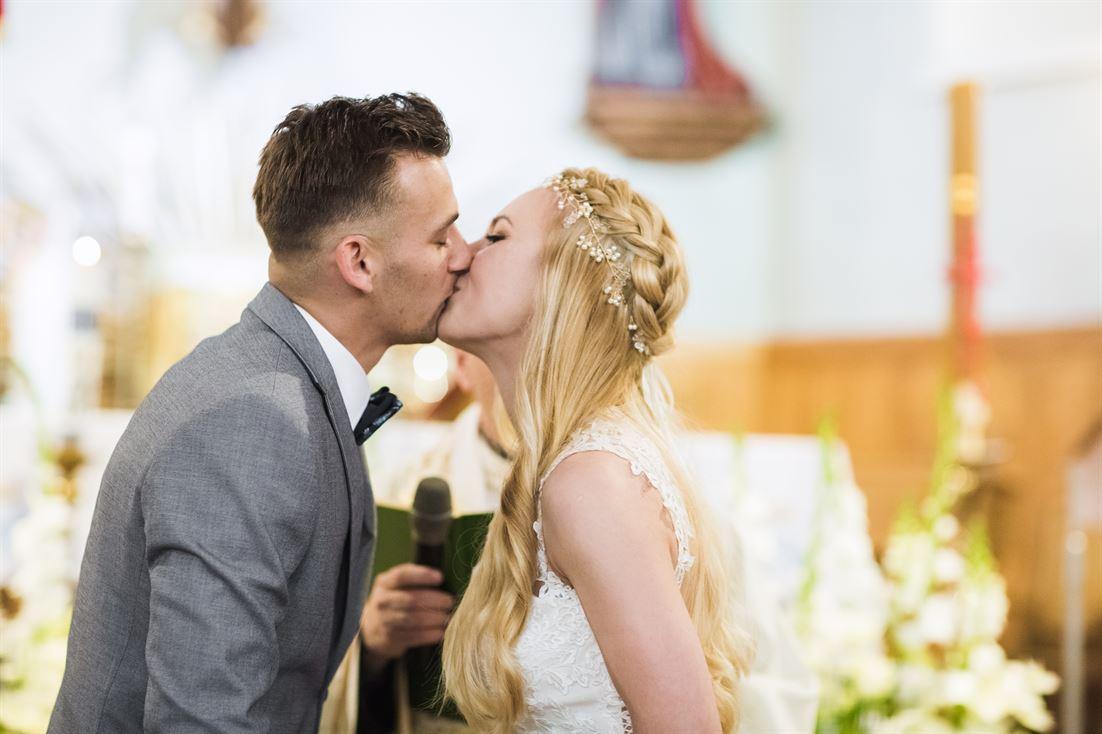 pocałunek nowożeńców