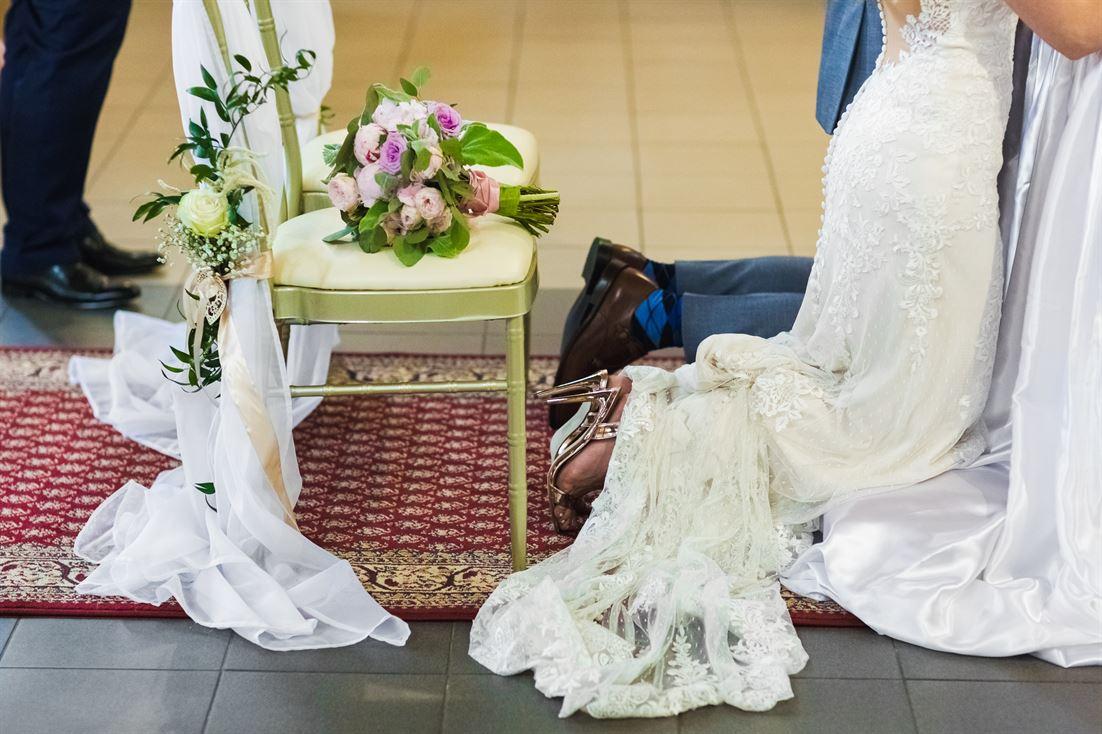 bukiet i suknia ślubna