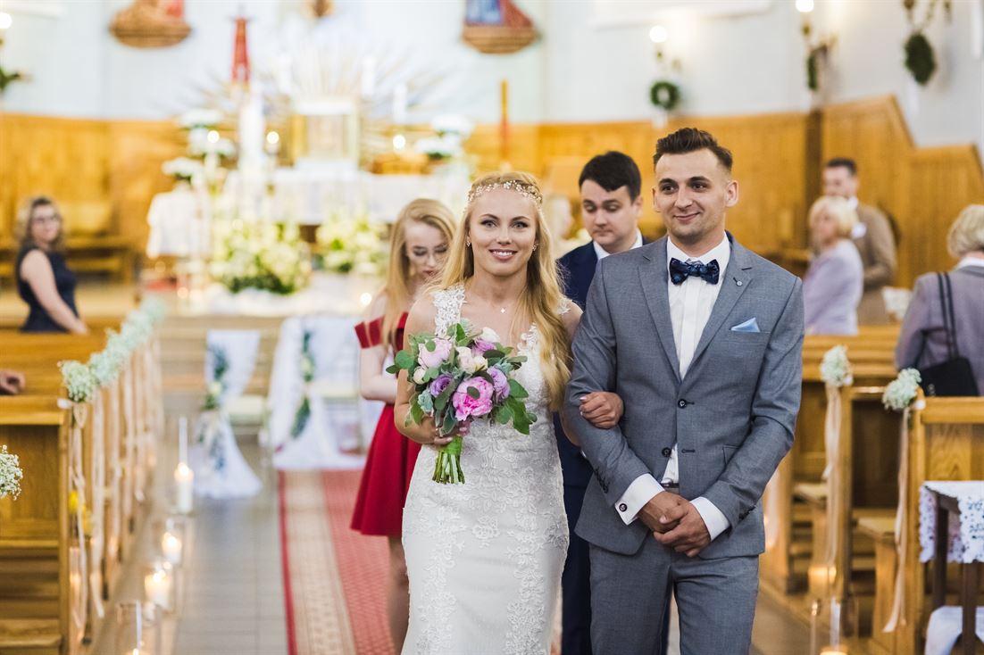 wyjście z kościoła pary młodej