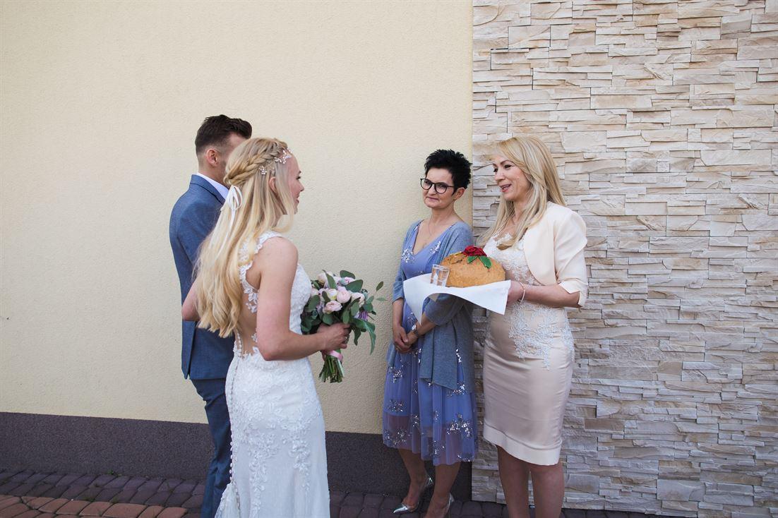 powitanie chlebem i solą przez rodziców weselnych