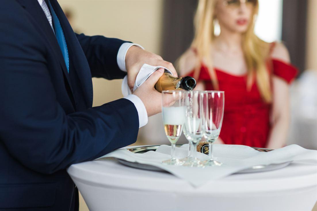 nalewanie kieliszków szampana przez świadka
