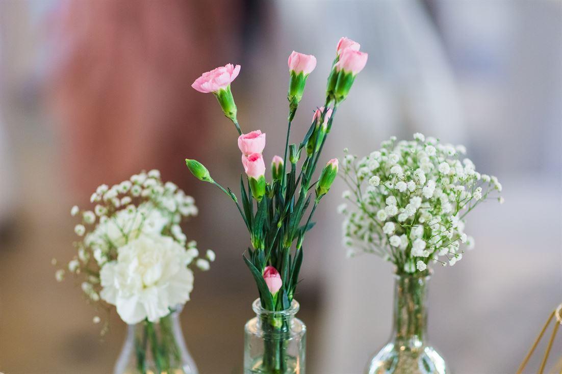 kwiaty jako wystrój sali weselnej