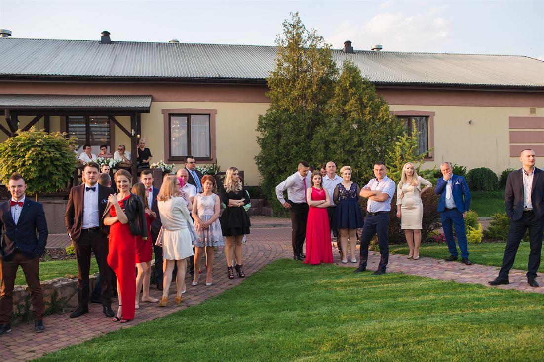 zdjęcia ślubne na zewnątrz sali