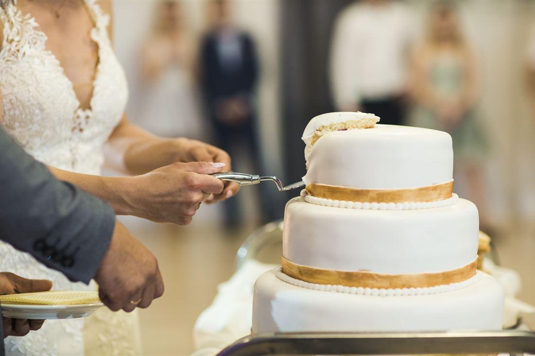 krojenie torta weselnego