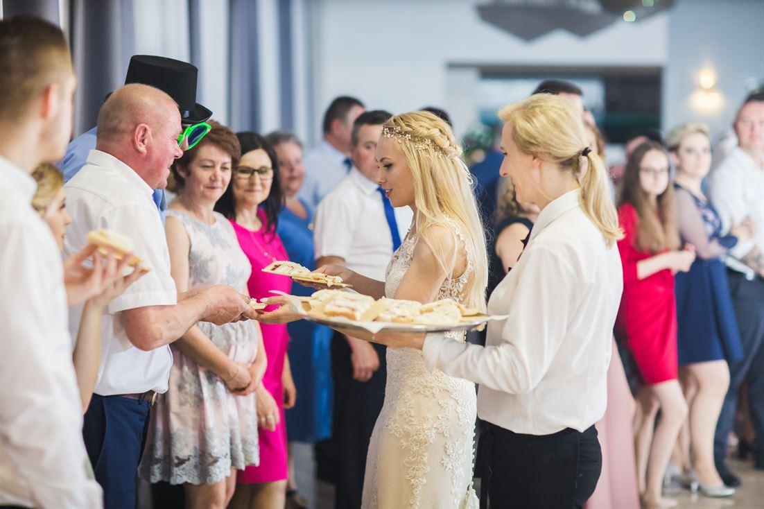rozdawanie tortu