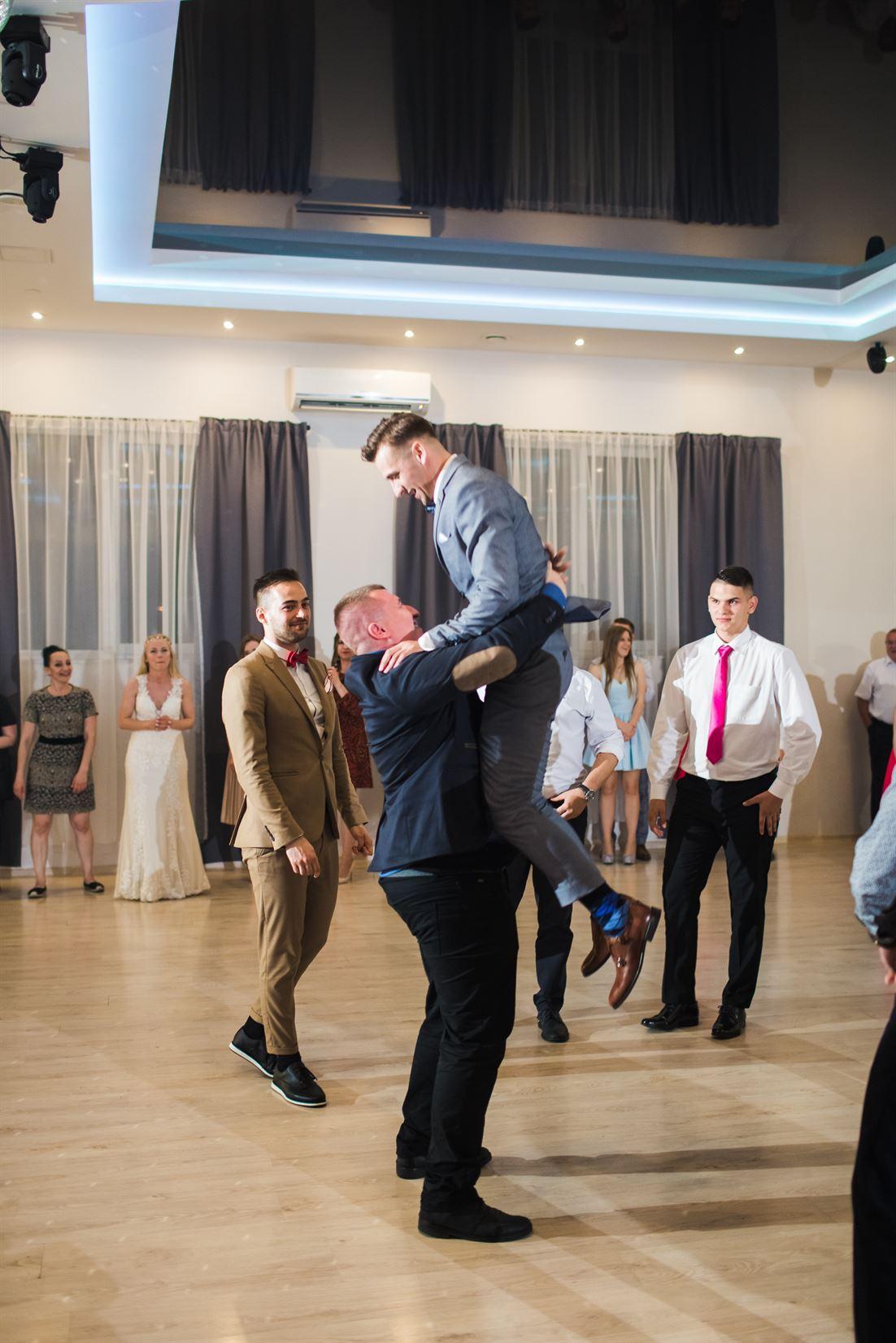 podrzucanie pana młodego na weselu