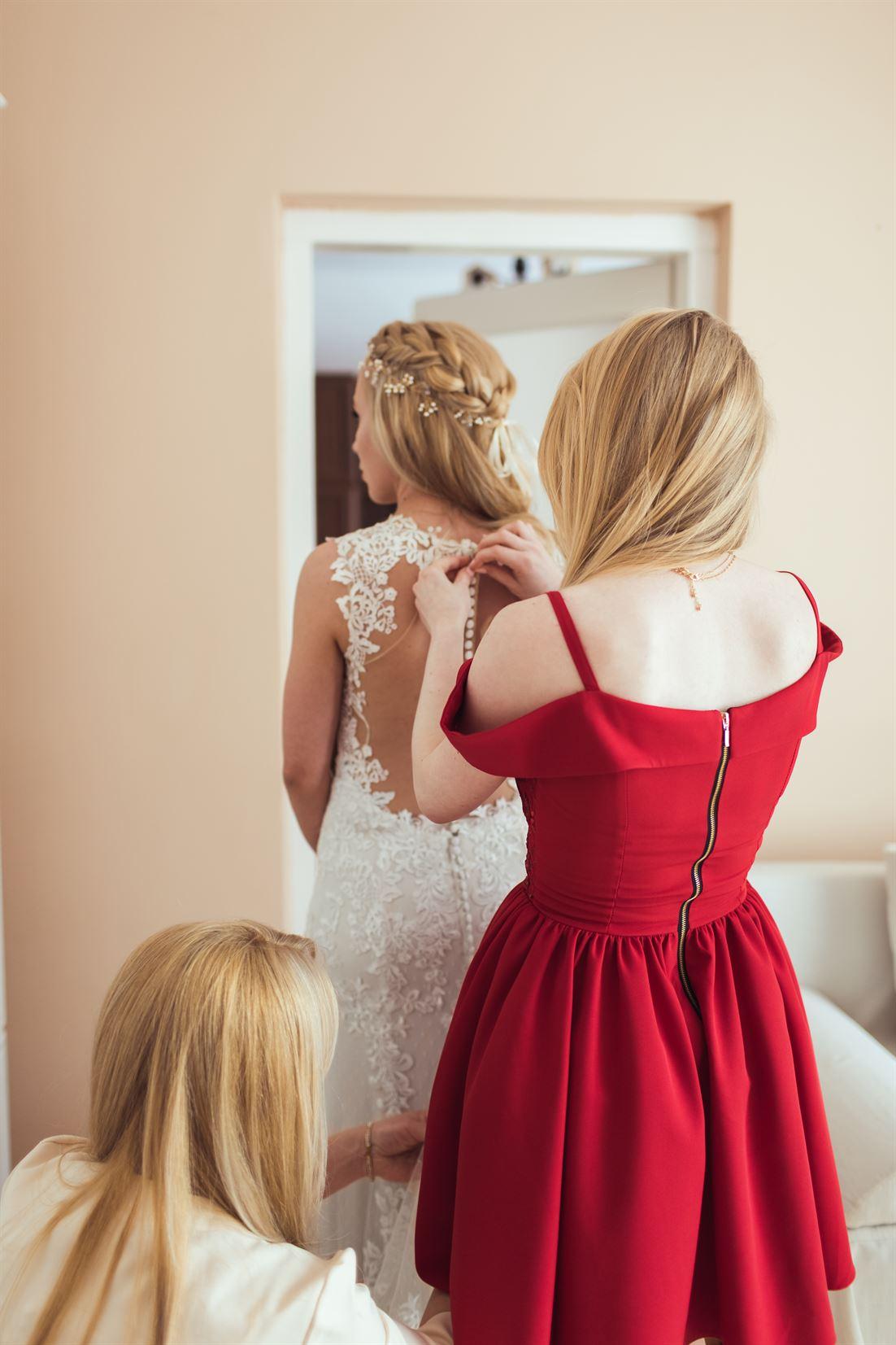 zapinanie sukni ślubnej przez mame i siostre pani mlodej