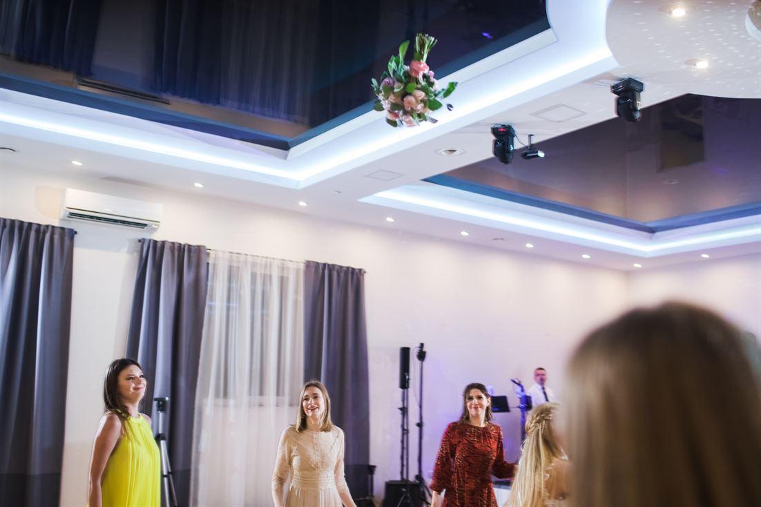 rzucanie bukietem podczas oczepin ślubnych