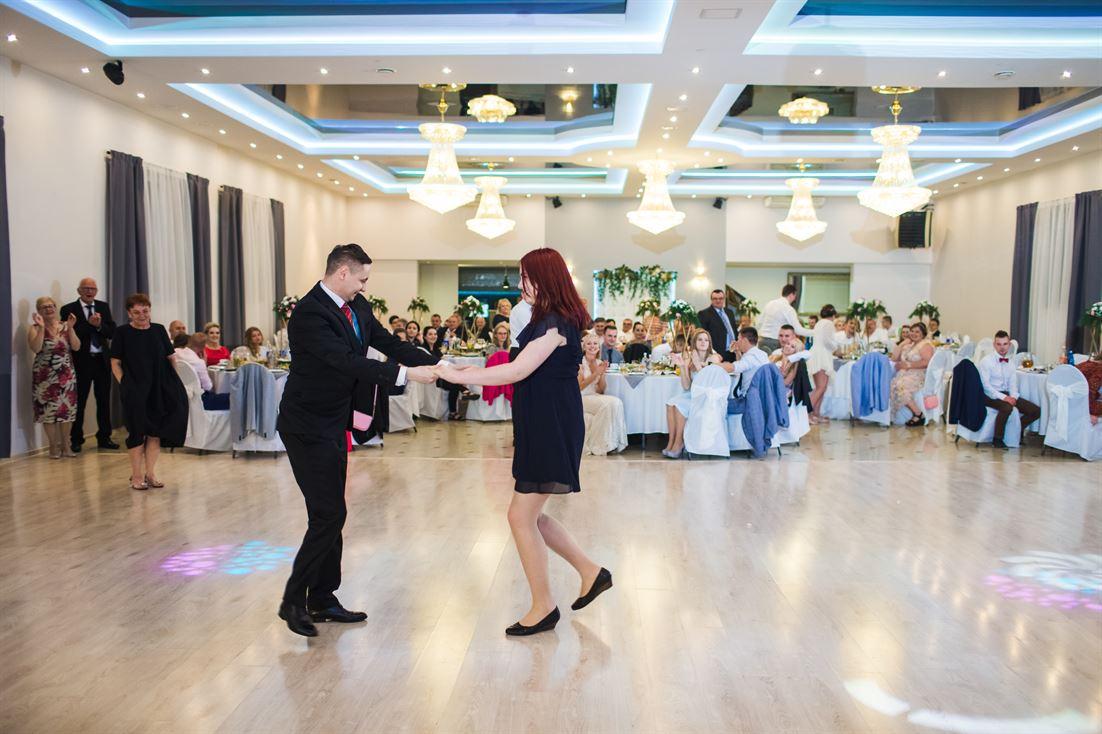pierwszy taniec nowej pary po oczepinach