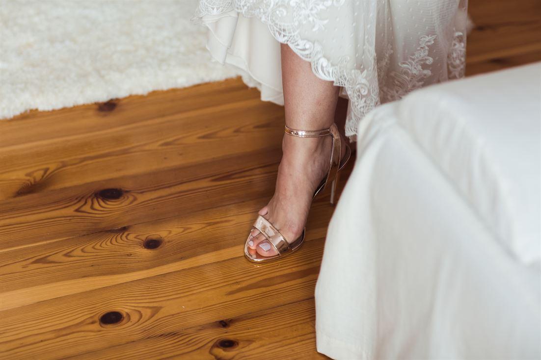złote szpilki ślubne, buty ślubne, jeden z elementów stroju panny młodej