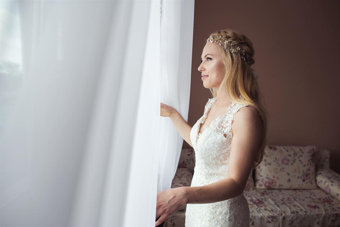 panna młoda spoglądająca przez okno