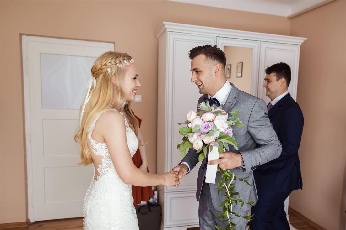 przywitanie pary młodej - pierwsze spotkanie