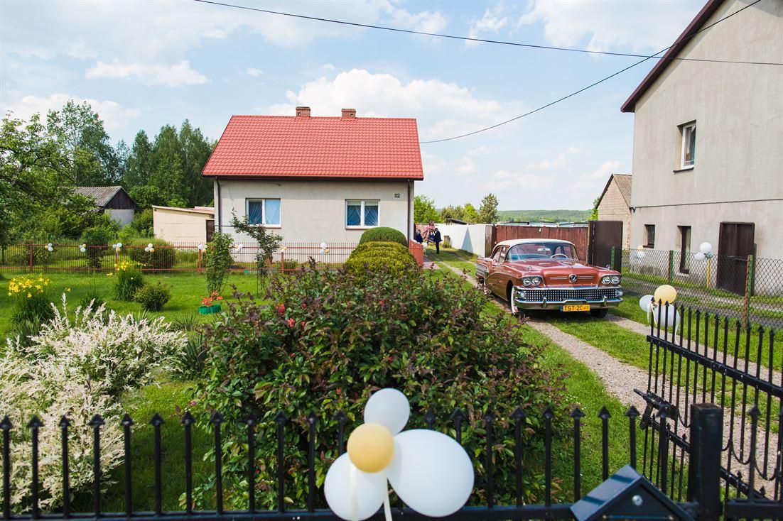 dom panny młodej, samochód i piękna, upalna pogoda
