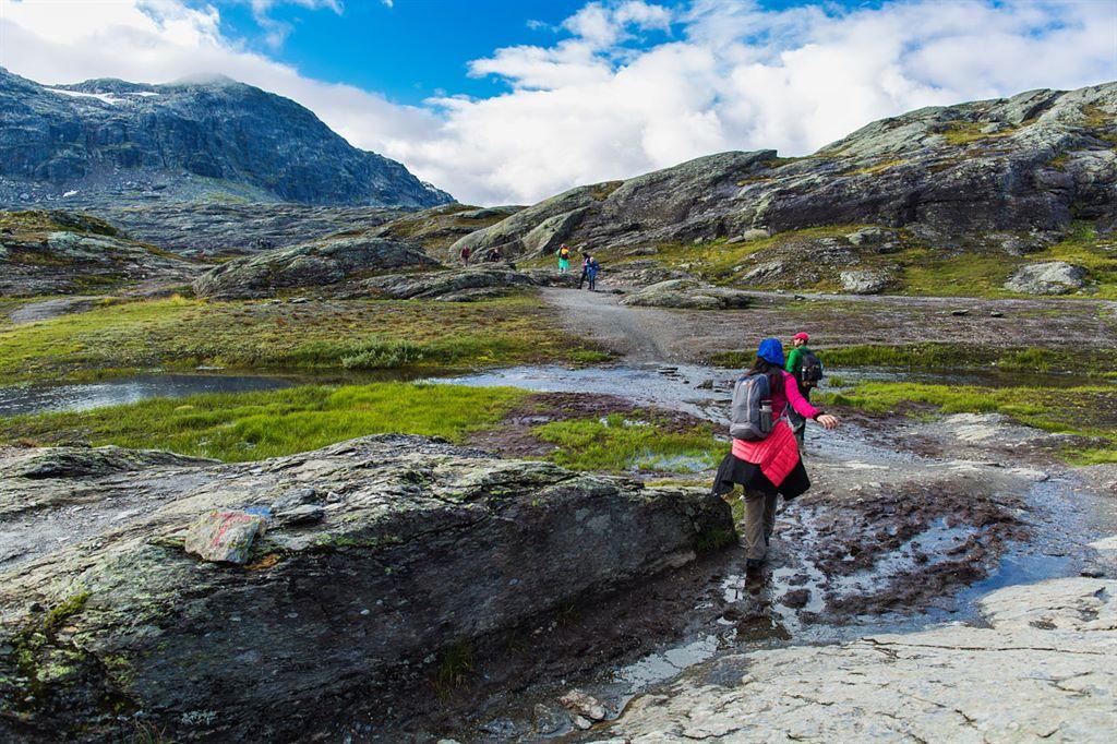turyści podążający w kierunku Trolltungi