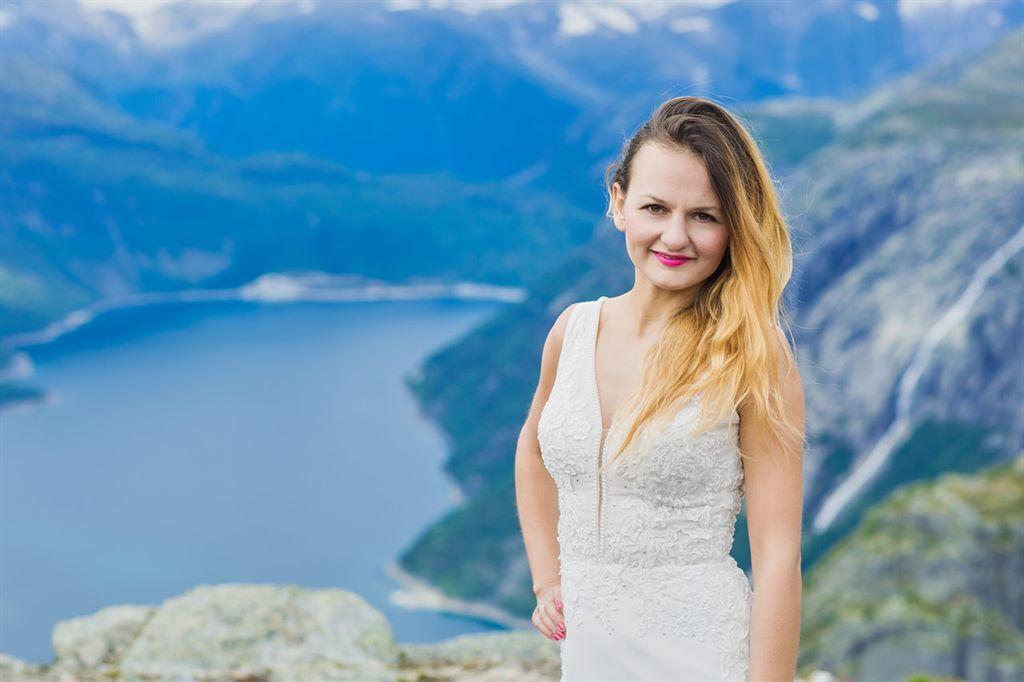 portret Angeliki na tle jeziora Ringedalsvatnet