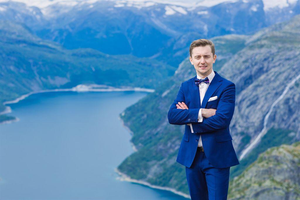 portret Pana Młodego na tle jeziora portret Angeliki na tle jeziora Ringedalsvatnet
