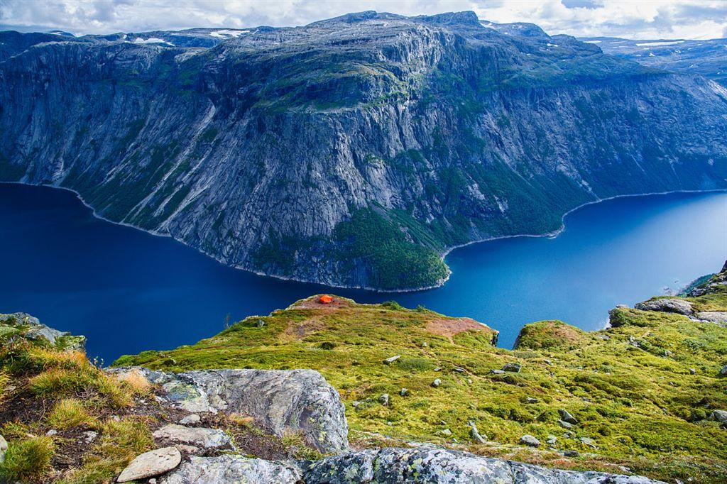 niesamowite widoki na jezioro Ringedalsvatnet w Narodowym Parku Hardangervidda