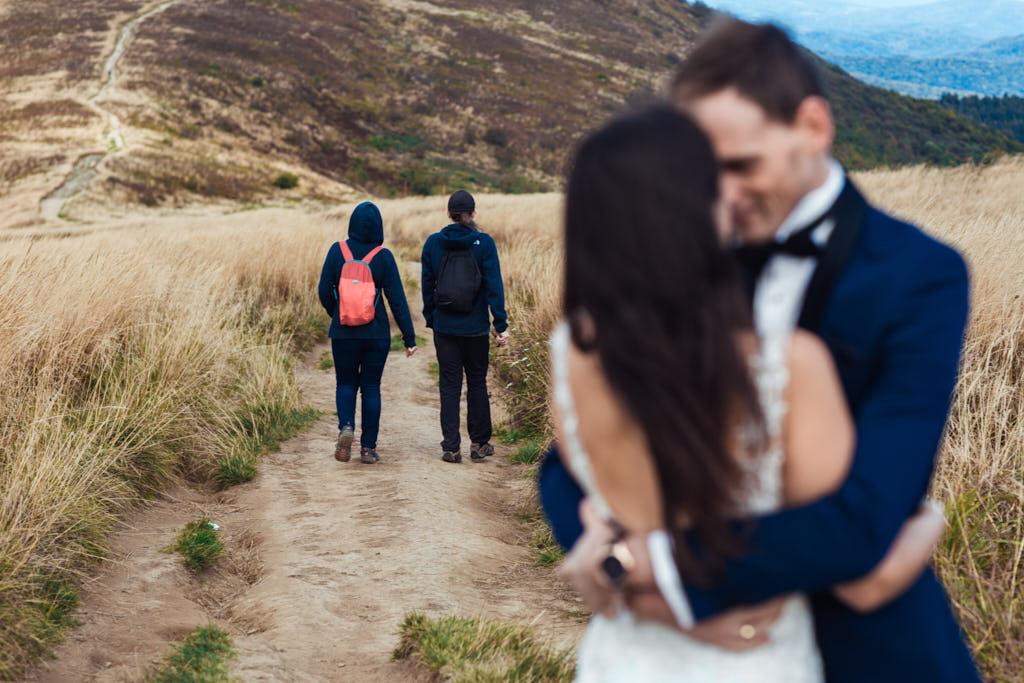 turyści wędrujący po szlaku turystycznym w Bieszczadach - plener ślubny