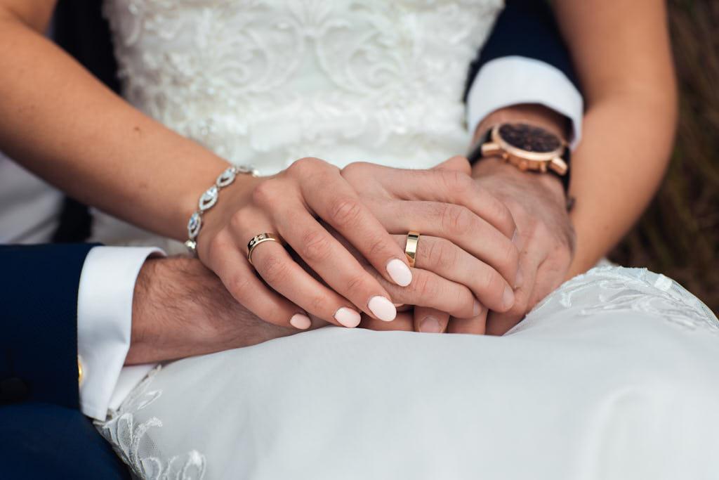 ułożenie rąk na sesji ślubnej