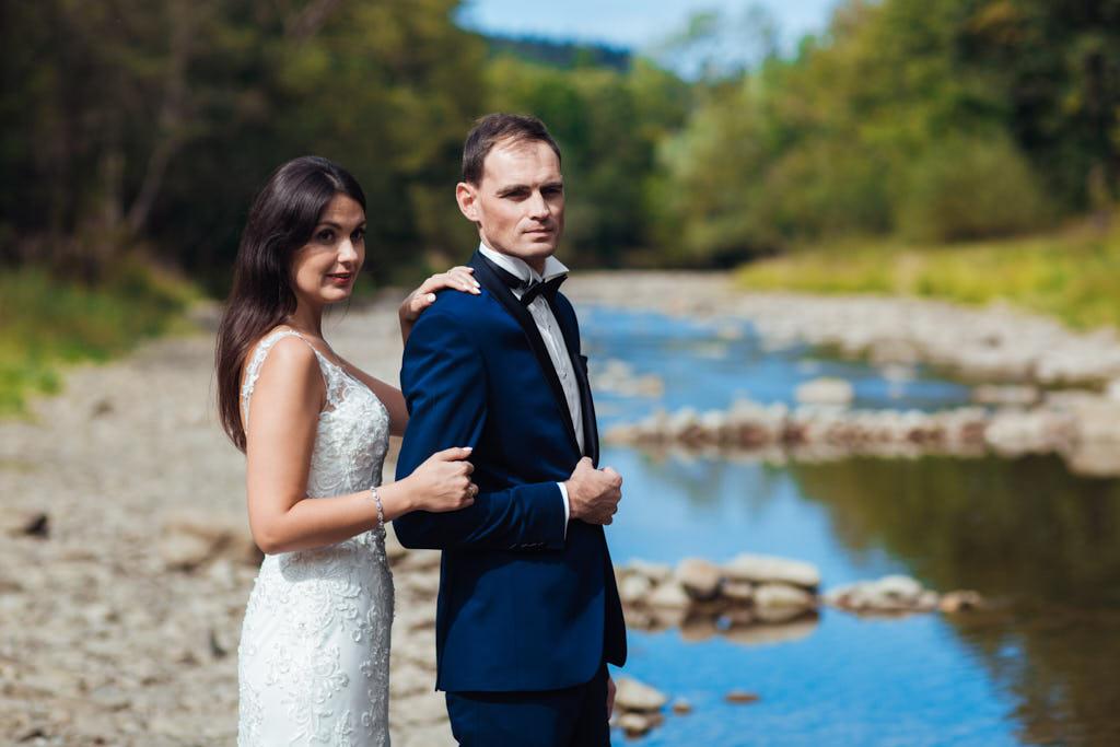 sesja ślubna nad rzeką w Bieszczadach