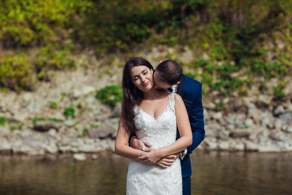 plener ślubny nad kamienistą rzeką w Bieszczadach
